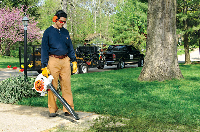 STIHL BG 86 Handheld blower in Action