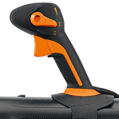 Easy, comfortable thumb-operated control on the BR700 means the operator's hand never leaves the handle.