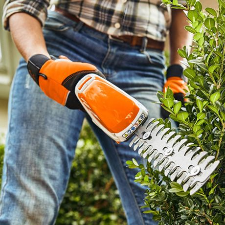 The ergonomically optimized shrub trimmer is perfectly balanced. The non-slip control handle allows you to guide the trimmer easily and safely. STIHL HSA 26 shown here.