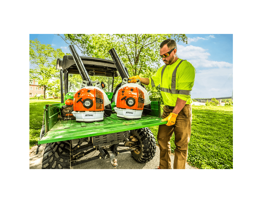 With its powerful, fuel-efficient engine, the BR 600 sets the standard for professional-grade blowers
