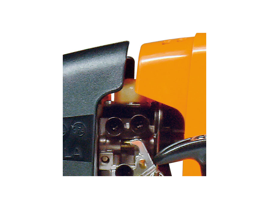 Manual fuel pump (purger)- A small fuel pump delivers fuel to the carburettor at the touch of a button. This reduces the number of starting pulls required following extended breaks in operations.