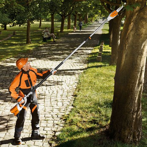 Telescopic handle with quick-release - Adjustable telescopic shaft that can be extended from 2.70 m to 3.90 m, so you can reach branches up to 16 ft. high.